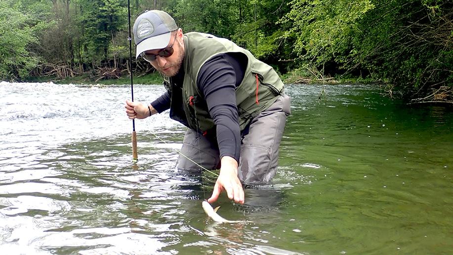 Romain en stage de pêche à la truite à la mouche